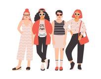Cztery dziewczyny lub młode kobiety ubierali w modnej odzieżowej pozyci wpólnie Grupa przyjaciele lub feministka aktywiści female ilustracji