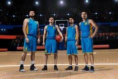 Cztery gracza koszykówki na boisko do koszykówki Obraz Royalty Free
