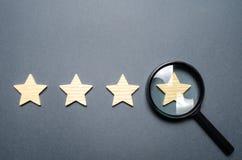 Cztery gwiazdy i powiększać - szkło Oszacowywać hotele i restauracje, drogie instytucje Sława i jedyność przyciąga, zdjęcia royalty free
