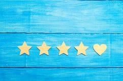 Cztery gwiazdy i serce na błękitnym tle Wybór klienci i użytkownik Ogólnoludzki rozpoznanie i admiracja Oszacowywać a fotografia royalty free