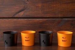 Cztery Halloweenowej pomarańcze i czerni świeczki na drewnianym tle obrazy royalty free