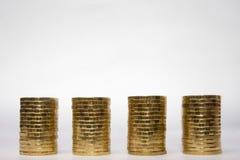 Cztery identycznego wzrosta sterta monety na lekkim tle odgórny miejsce dla inskrypci Zdjęcia Stock