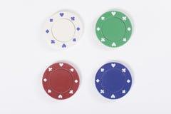 Cztery kasynowego uprawiają hazard układu scalonego odizolowywającego na bielu Obraz Stock