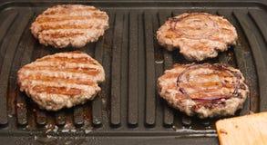Cztery kawałka smażący mięso piec na grillu Zdjęcia Stock