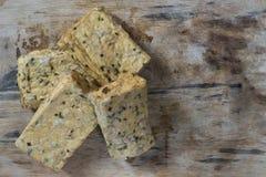Cztery kawałka tofu z ziele na drewnianej desce obraz stock