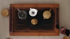 Cztery kobiety ręki równocześnie biorą od stołu filiżanki fragrant herbata Odg?rny widok zbiory