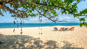 Cztery kolorowego deckchairs na plaży Fotografia Royalty Free