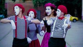Cztery komicznego mima imitują wypadek samochodowego przy miastem zdjęcie wideo