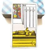 4 Cztery kordzika Tarot karty Umysłowego skołowania Odwrotowego czasu stres Przytłaczający Leczniczy pokój & zaciszność zdjęcia royalty free