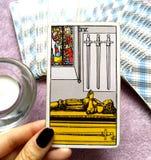 4 Cztery kordzika Tarot karty Umysłowego skołowania Odwrotowego czasu stres Przytłaczający Leczniczy pokój & zaciszność ilustracji