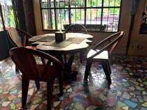 Cztery krzesła wokoło stołu Obrazy Stock