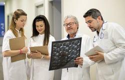 Cztery lekarki patrzeje promieniowanie rentgenowskie obraz royalty free