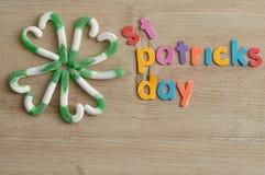 Cztery liści koniczyna robić z zielonej i białej cukierek trzciny z słów patricks świątobliwym dniem Obraz Royalty Free