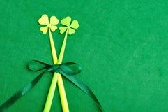 Cztery liści koniczyny na kijach Zdjęcie Stock