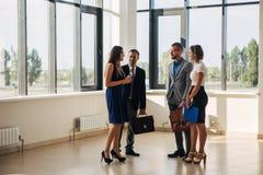 Cztery ludzie biznesu uścisku dłoni w biuro lobby Obraz Royalty Free
