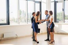 Cztery ludzie biznesu uścisku dłoni w biuro lobby Fotografia Stock