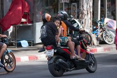 Cztery ludzie jedzie pillion na pośpiesznym motocyklu Obrazy Stock