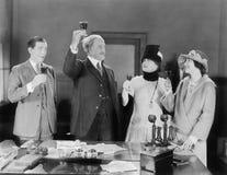 Cztery ludzie wznosi toast z winem (Wszystkie persons przedstawiający no są długiego utrzymania i żadny nieruchomość istnieje Dos Zdjęcia Stock