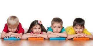 Cztery mądrego dzieciaka z książkami Zdjęcie Stock