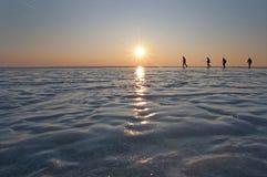 Cztery mężczyzna odprowadzenie na lodzie Fotografia Stock