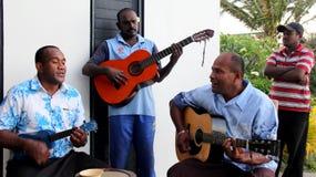 Cztery młodego człowieka bawić się wyspy muzykę dla gości odwiedza Fiji, 2016 Obraz Royalty Free