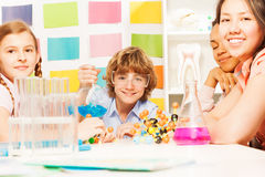 Cztery młodego ucznia robi chemia eksperymentowi obraz stock