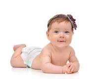 Cztery miesięcy dziecka Dziecięca dziewczynka kłama szczęśliwy ono uśmiecha się w pieluszce Zdjęcia Royalty Free