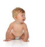 Cztery miesięcy dziecka Dziecięca dziewczynka kłama szczęśliwy ono uśmiecha się w pieluszce Fotografia Royalty Free