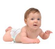 Cztery miesięcy dziecka Dziecięca dziewczynka kłama szczęśliwy ono uśmiecha się w pieluszce Obrazy Stock