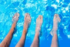 Cztery nagiego noga cieki w wodzie pływacki basen Zdjęcie Stock
