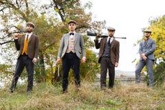 Cztery niebezpiecznego gangstera trzymają automaton, bitwę i ogromnego nóż w ich rękach, _ Obraz Stock
