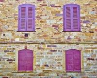 cztery okno na starej kamiennej ścianie Obrazy Stock