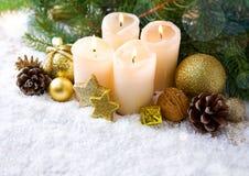 Cztery płonącej nastanie świeczki i Bożenarodzeniowej dekoracja Fotografia Royalty Free