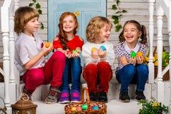 Cztery pięknego dziecka, dwa chłopiec i dwa dziewczyn stojak na, drewnianym śmiechu i progu zdjęcie royalty free