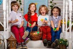 Cztery pięknego dziecka, dwa chłopiec i dwa dziewczyn stojak na, drewnianym śmiechu i progu fotografia royalty free