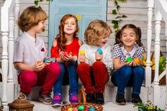 Cztery pięknego dziecka, dwa chłopiec i dwa dziewczyn stojak na, drewnianym śmiechu i progu obrazy stock