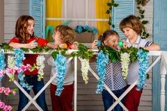 Cztery pięknego dziecka, dwa chłopiec i dwa dziewczyn stojak na, drewnianym śmiechu i progu zdjęcia stock