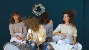 Cztery pięknej dziewczyny tanczą, potrząśnięcie głowy i włosy na łóżku świętuje partyjny slowmotion zdjęcie wideo