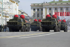 Cztery pocisk wyrzutni lotniczej obrony systemu rakietowego S-300PM przy próbą parada na cześć zwycięstwo dzień w St Petersburg Fotografia Royalty Free