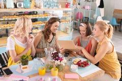 Cztery pomyślnego bizneswomanu ma śniadanio-lunch w piekarni zdjęcie royalty free