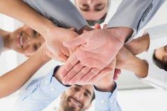 Cztery pracownika broguje ręki wpólnie Fotografia Royalty Free