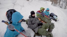 Cztery przyjaciel przerwy odpoczywająca podczas zimy trekking w lesie zdjęcie wideo