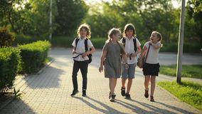 Cztery przyjaciela Iść szkoła Mnóstwo zabawę Ponieważ Today jest Ich Pierwszy dniem przy szkołą zbiory wideo