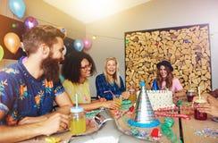 Cztery przyjaciela ma zabawę przy przyjęciem urodzinowym Zdjęcia Stock