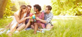 Cztery przyjaciela relaksują wpólnie pić w wsi Fotografia Royalty Free
