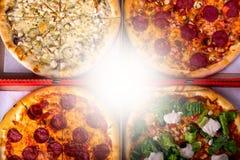 Cztery różna pizza w pudełkach - Caesar, z salami i kurczakiem z kopii przestrzenią Odgórny widok Fotografia Royalty Free