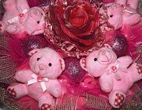 Cztery różowego misia i sztucznego kwiat. Bożenarodzeniowy compositio Zdjęcia Royalty Free