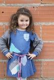 Cztery roku dziewczyny ubierającej jak bezdomny Fotografia Stock