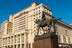 Cztery sezonu Hotelowego w centrum Moskwa i Zhukov zabytek - marszałek USSR w wojnie z Niemcy 1941-1945 Obrazy Stock