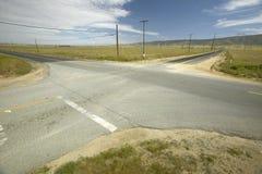 Cztery sposobów skrzyżowanie cztery drogi w pustyni blisko Lancaster, CA Obrazy Royalty Free